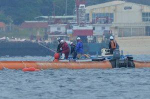 フロート(浮具)が付いた汚濁防止膜を設置する作業船=10日午後11時17分、名護市辺野古沖