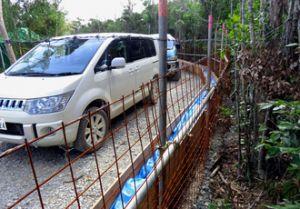 G地区のヘリパッドに続く進入路に設置された赤土流出防止柵=12月24日(提供)