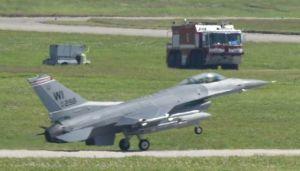消防車両が待機し緊急着陸したと見られる米コロラド州から飛来したF16戦闘機=4日午後2時28分、嘉手納基地