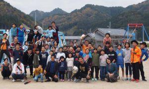 整備された「うの○」の前に子どもたちや関係者に囲まれ、記念撮影する砂辺光久さん(前列中央、提供)