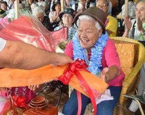 トーカチ祝いで花束を贈られる島袋文子さん=27日午前11時47分、名護市辺野古の米軍キャンプ・シュワブゲート前(金城健太撮影)