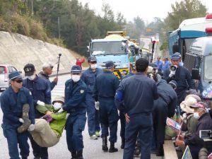 工事車両を米軍キャンプ・シュワブに入れるため、抗議する市民らを排除する県警機動隊員ら=2日午前9時すぎ、名護市辺野古
