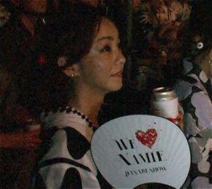 花火を鑑賞する安室奈美恵さん=16日、宜野湾市・花火ショー特設会場