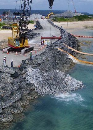 「N5」護岸建設予定地で、海側に石材が投下された=6日午後2時11分、名護市辺野古の米軍キャンプ・シュワブ(小型無人機から)