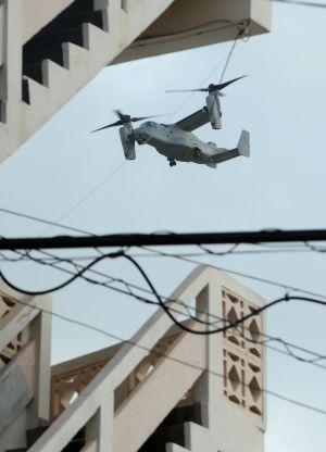 訓練で住宅地上空を飛ぶオスプレイ=2013年9月、宜野湾市大謝名