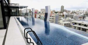 最上階10階にあるシースループール=20日、那覇市前島