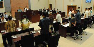 嘉手納基地の騒音激化に抗議する意見書案を全会一致で可決する嘉手納町議会=4日午前、嘉手納町議会