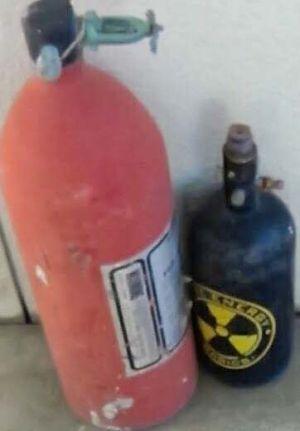 米軍基地内から出たごみに入っていたボンベ。危険物を知らせるマークがある(提供)