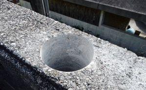 那覇拘置支所の駐車場側外壁の上部に開けられた穴=日、那覇市樋川・同所
