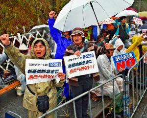 座り込み行動千日でゲート前に集まり、新基地建設反対を訴える参加者=1日午前10時半すぎ、名護市辺野古のキャンプ・シュワブゲート前