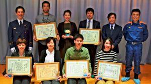 人命救助の感謝状が贈られた東理恵さん(前列左端)ら=18日、銘苅小学校