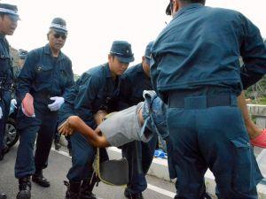 座り込みを続ける市民を強制排除する機動隊=8月20日、東村・高江