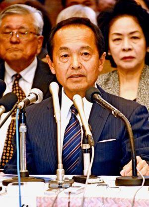 名護市長選の政策を発表する渡具知武豊氏=28日、名護市・IZUMO