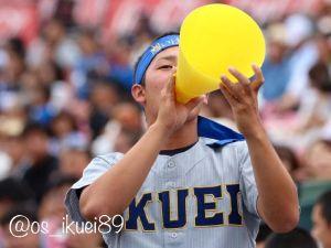 アルプススタンドで応援する仙台育英高時代の前武當大斗さん=2017年8月、兵庫県・甲子園球場(本人提供)