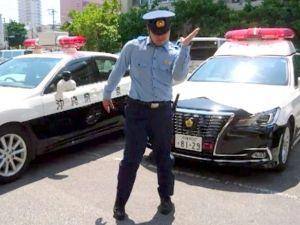 交通安全PRのCMでダンスを踊る山根盛人巡査長(那覇署提供)