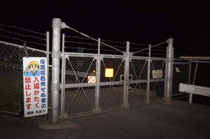 キャンプ・ハンセン内の安富祖ダム工事現場のゲート前。工事車両や水タンクを米軍の流れ弾が傷付けたとされる=14日午後8時52分、恩納村安富祖