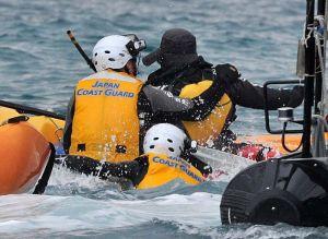 海上保安庁の隊員が海に飛び込み、オイルフェンス設置に抗議する市民を捕まえる=4日午後3時23分、名護市辺野古のキャンプ・シュワブ沖(下地広也撮影)
