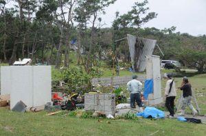 プレハブ小屋が倒壊し屋根が数十メートル先に飛んだ県平和祈念公園=18日正午ごろ、糸満市摩文仁