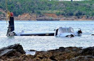 名護市安部の海岸近くに墜落したオスプレイ=2016年12月14日午後0時45分