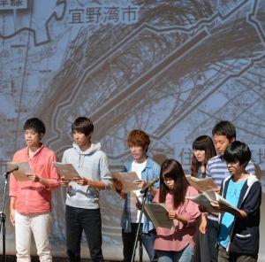 米軍基地の問題を朗読劇で表現する琉球大学の学生ら=3日、那覇市・男女共同参画センターてぃるる