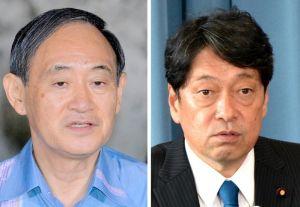菅官房長官(左)と小野寺防衛相