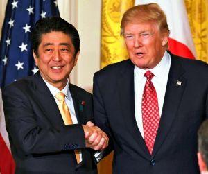 共同記者会見を終え、握手する安倍首相(左)とトランプ米大統領=10日、ワシントンのホワイトハウス