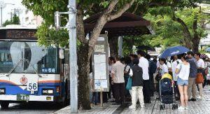 台風18号接近で午前11時の運休前に急いでバスに乗り込む人たち=3日午前10時37分、那覇市久茂地