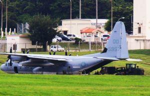 大分空港に緊急着陸したオスプレイの交換用エンジンと見られる物資などが積み込まれる米軍岩国基地所属のKC130=31日午後5時前、嘉手納基地