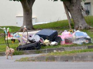 米軍基地の住宅区域にためられた家庭ごみ=7日、キャンプ瑞慶覧(比嘉太一撮影)