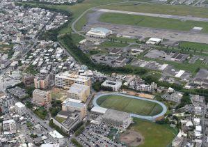 沖縄国際大(写真下)や住宅に隣接する米軍普天間飛行場