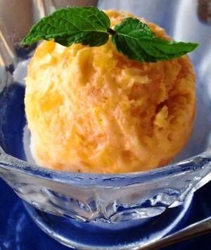 水っぽくならないように、かつ自然に色がにじみだすように仕込んだパイナップルアイス。上のミントも久米島町山里産だ