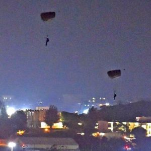 米軍嘉手納基地で夜間にパラシュートで降下する米兵=5月10日午後8時3分、嘉手納町役場から(金城健太撮影)