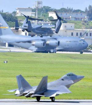 嘉手納基地を離陸する米空軍CV22オスプレイ(上)。下はタッチアンドゴーを繰り返すF22最新鋭ステルス戦闘機=5日午前9時21分(下地広也撮影)