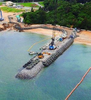 K9護岸建設現場で進められる消波ブロックの設置作業=6月30日午後2時41分、名護市辺野古(小型無人機から)