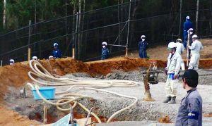 ヘリパッドH地区の路盤工事で、ホースを使い土中から水を取り出す作業が確認された=3日午後、国頭村安波(提供)