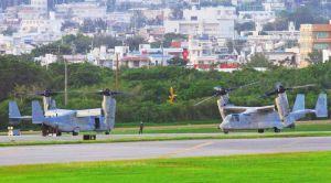 機銃にトラブルがあったとみられ緊急着陸した米軍普天間飛行場所属のMV22オスプレイ(左)と、点検・修理のために普天間飛行場から立ち寄った同型機(右)=14日午後、米軍嘉手納基地(読者提供)