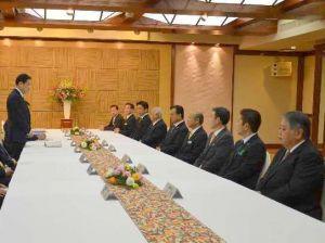 朝食会の冒頭、県内の9市長らにあいさつする岸田文雄外相(左)=26日午前、那覇市内のホテル