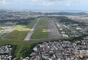 市街地の真ん中に位置し危険性が指摘されている米軍普天間飛行場