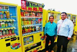関東圏で約千台の格安自販機を展開するミリオンの平川良夫社長(左)と平川隆行専務取締役=うるま市昆布の沖縄本社