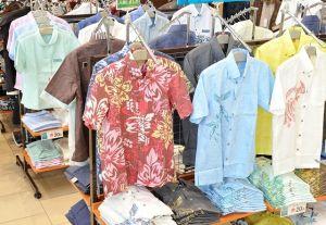 (資料写真)色鮮やかなかりゆしウェアが並ぶ沖縄県内の服飾売り場