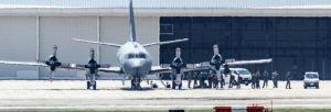 米軍嘉手納基地に飛来したカナダ空軍の哨戒機。機体から降りる乗組員の様子が目撃された=28日午前11時すぎ、米軍嘉手納基地(読者提供)