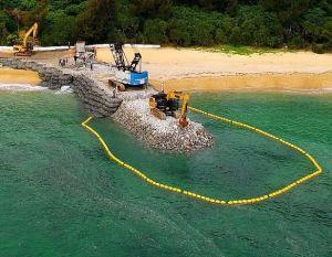 沖縄県名護市辺野古の米軍キャンプ・シュワブの海岸で進められている護岸工事の現場(資料写真、2017年5月24日撮影)