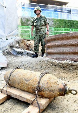 不発弾処理を終えた米国製50kg爆弾=23日午前11時30分、那覇市松尾