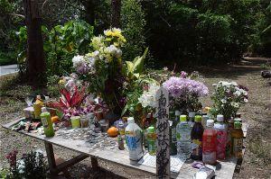 女性が遺棄された雑木林には献花台が設けられた=2017年