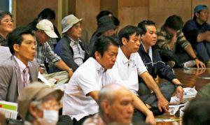 市民集会に参加し、参加者と共に登壇者らの意見を聞く中山義隆市長(中央、奥沢秀一通信員撮影)