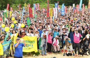 ガンバロー三唱で気勢を上げる大会参加者=14日、名護市瀬嵩(田嶋正雄撮影)