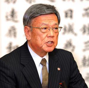 共同会見で報道陣の取材に応じる翁長雄志知事=28日、県庁