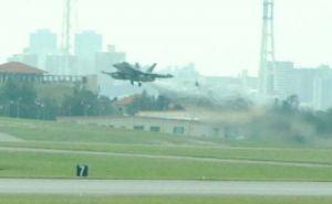 嘉手納基地を離陸する原子力空母艦載のFA18戦闘攻撃機=24日午後0時30分ごろ
