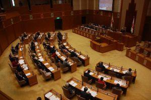 米軍ヘリの窓落下事故に対する抗議決議、意見書を全会一致で可決する県議会=21日、県議会