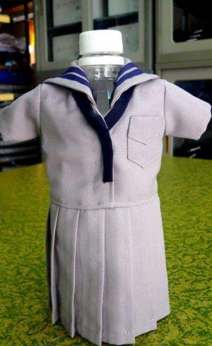 名護高校の夏服の記事で、本物そっくりに作られたペットボトルカバー